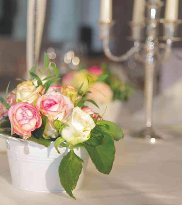 Blumenvase mit Rosen auf einem Hochzeitstisch von Schloss Tremsbüttel.