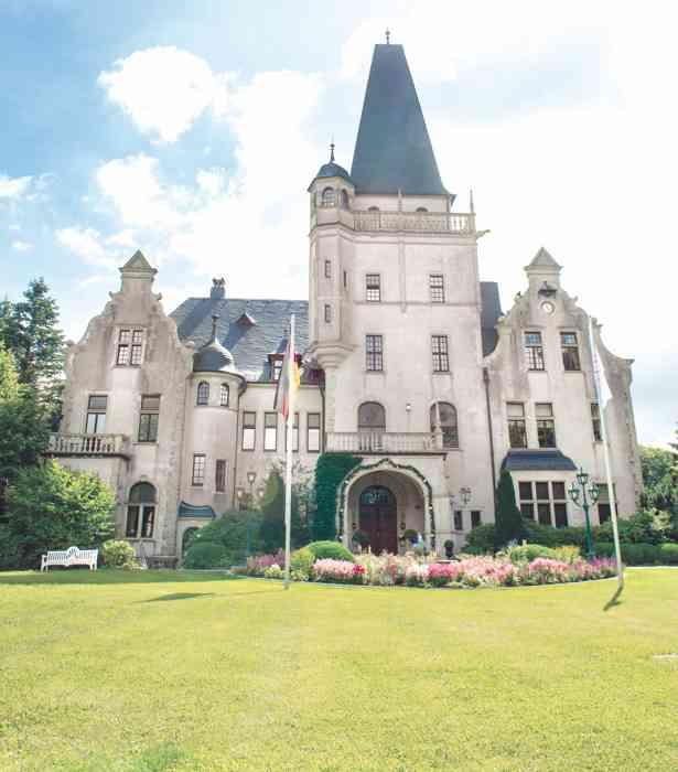 Hochzeitslocation Hotel Schloss Tremsbüttel von der Parkseite aus.