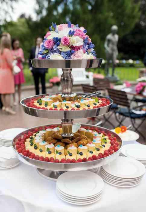 Hochzeitstorte im Garten des Hotel Schloss Tremsbüttel.