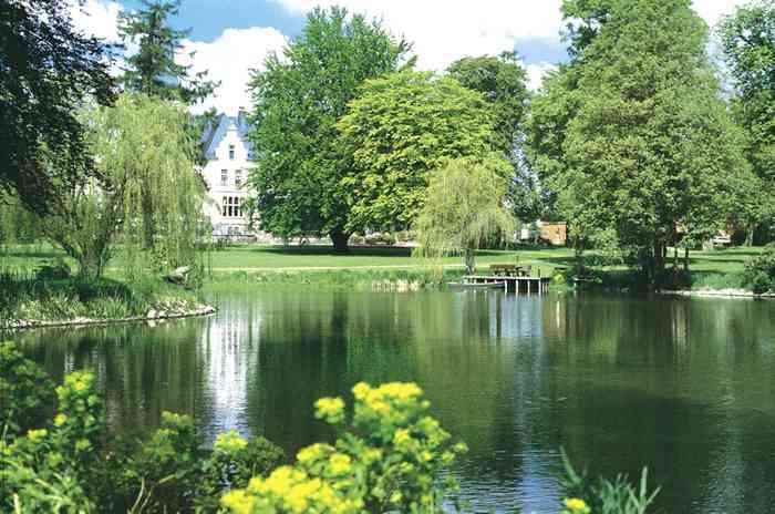 Schlosspark mit romantischen See.