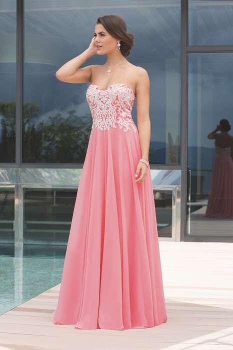 Das Abendkleid Zagona von Kleemeier hat einen fließenden Chiffonrock in flamingo und ist im Oberteil kontrastreich bestickt.
