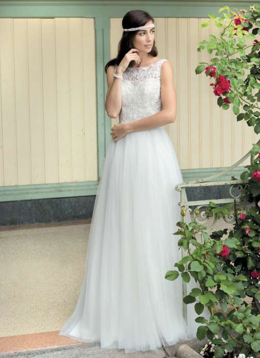 Das Brautkleid Zita von Kleemeier hat einen fließenden Tüllrock und angenehm sitzende Täger mit raffiniertem Abschluss an den Armen.