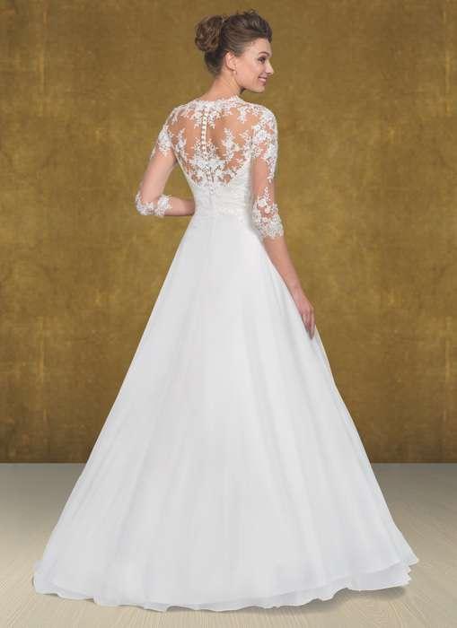 Das Brautkleid Enja von Lohrengel hat Susanne Seidel aus der Lignesse Kollektion herausgesucht, weil sie die luxuriöse Spitze im Dekolletee, Rücken, den dreiviertel Ärmeln und den schönen Chiffon Rock so sehr liebt.
