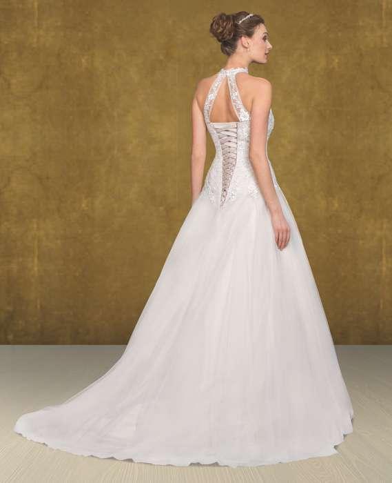 Das Brautkleid Harmony S. von Lohrengel ist ein weiteres Kleid welches Susanne Seidel aus der Lignesse Kollektion besonders liebt. Der amerikanische Armausschnitt und der Stehkragen mit der raffinierten Trägerlösung am Rückenausschnitt verleihen dem Oberteil einen sehr guten halt.