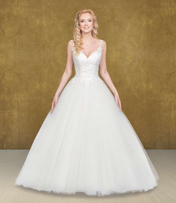 Das Brautkleid Zarah S. von Lohrengel ist eines der Lieblingskleider von Susanne Seidel aus der Lignesse Kollektion. Die weite A Linie mit dem wunderschönen Tellerrock, der edlen Spitze den filligran verspielten Trägern und dem weiten Rückenausschnitt umschmeicheln die Braut.
