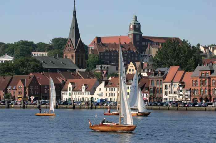 Flensburger Alstadt mit Robbe-Berking-Folkebooten auf der Förde im Vordergrund