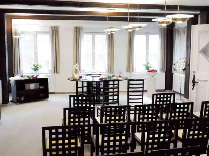 Im Erdgeschoss des Alten Rathauses in Rendsburg steht ein schickes, modern eingerichtetes Trauzimmer zur Verfügung.