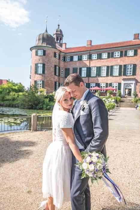 Brautpaar vor Schloss Eutin.