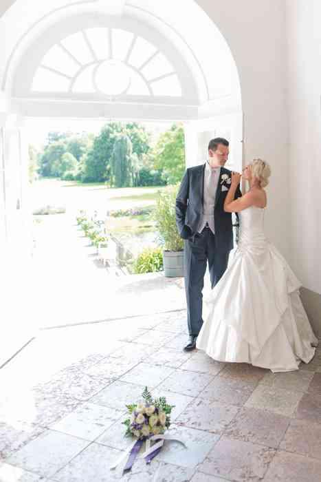 Brautpaar mit Blick in den Garten vom Schloss Eutin.