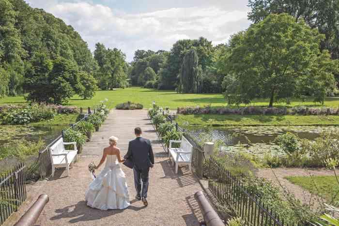 Brautpaar im Park des Schloss Eutin.