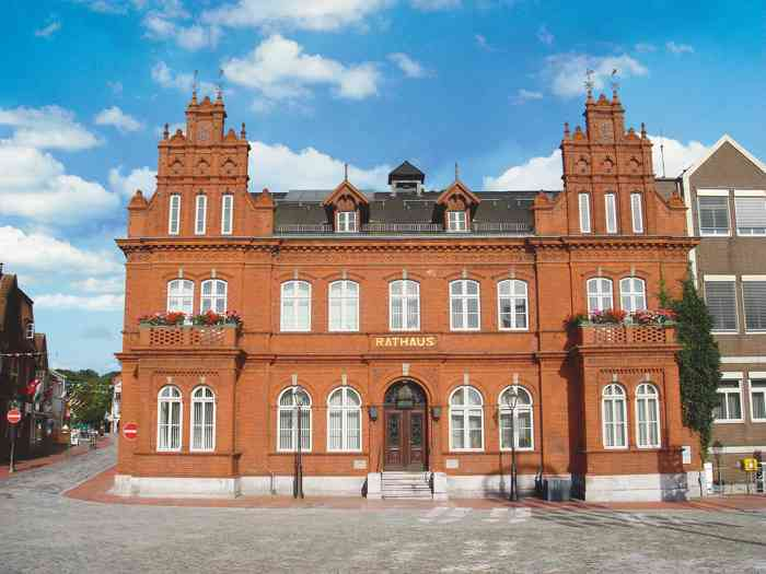 Im historischen Rotklinkerbau der Stadtverwaltung am Marktplatz befindet sich das Standesamt Heiligenhafen.