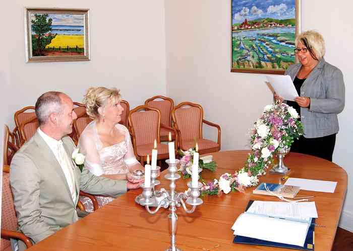 Brautpaar während der Eheschließung im Trauraum des Standesamtes Heiligenhafen im Rathaus.