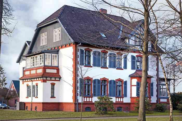 Das Rathaus Hohenlockstedt mit Trauraum im Erdgeschoss. Das ehemaligen Komandantenhaus liegt in einer sehr schönen kleinen Grünanlage.