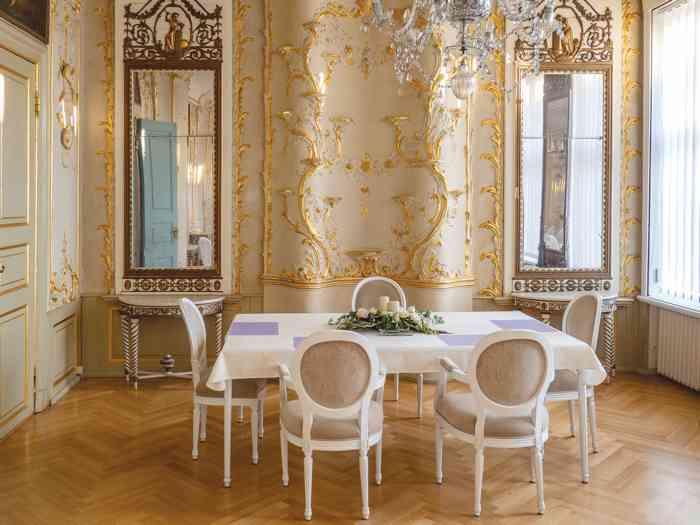 Spiegelsaal im Palais von Doos vergoldeter Stuck und Aufsätze verzieren den Raum, viele Fenster und Spiegel ergeben einen hellen festlichen Glanz