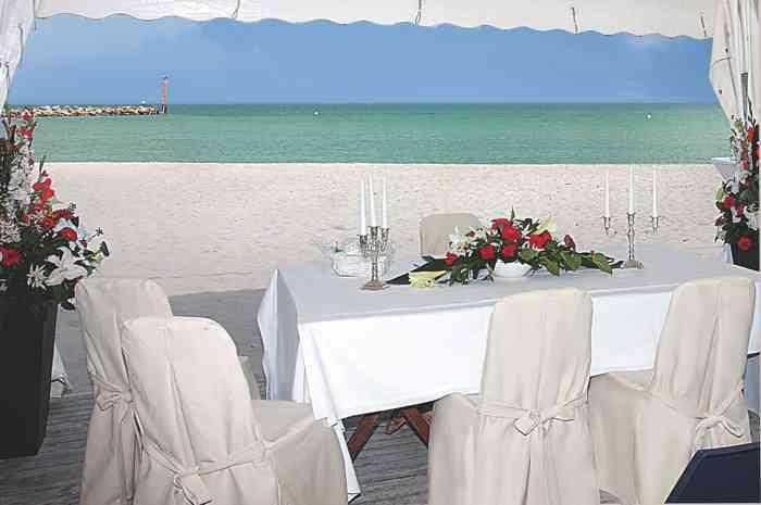 Das Standesamt Schlei-Ostsee führt Eheschließungen in einer Pagode am Ostseestrand in Damp.