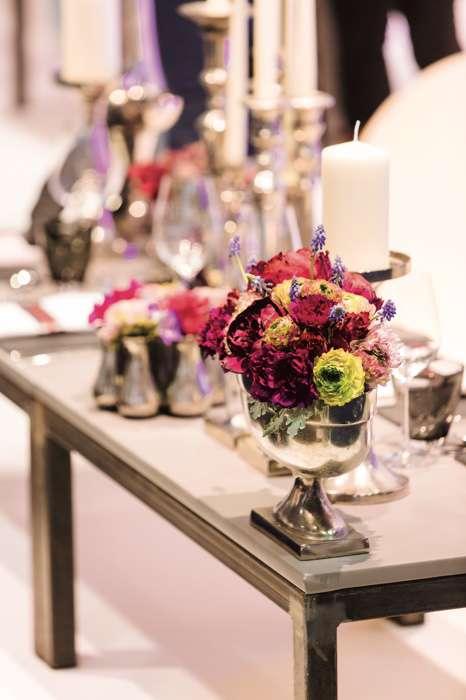 Auf der TrauDich! Hochzeitsmesse im Terminal Tango Hamburg werden auf den Messeständen Brautsträuße und Tischdekorationen gezeigt.