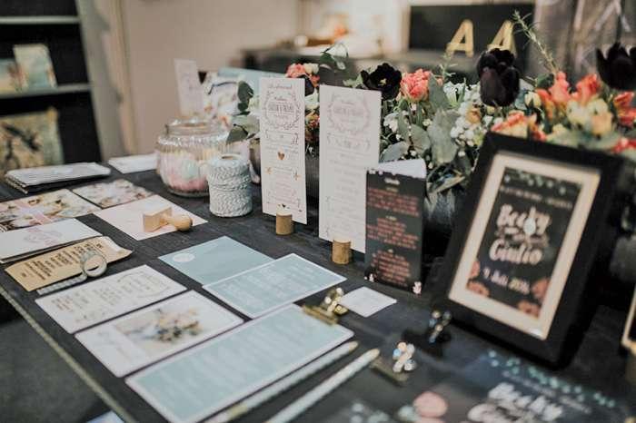 Auf der TrauDich! Hochzeitsmesse im Terminal Tango Hamburg zeigen die Aussteller Einladungskarten und Hochzeitspapeterie.