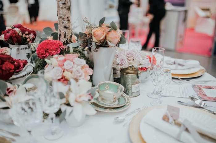 Auf der TrauDich! Hochzeitsmesse im Terminal Tango Hamburg werden auf den Messeständen schöne Tischdekorationen gezeigt.