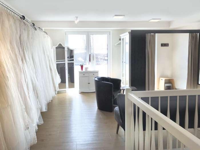 In Ihrem Showroom nimmt Wencke Pfingsten sich viel Zeit für die Braut. Mit sicherem Gespühr findet Sie das ideale Brautkleid.