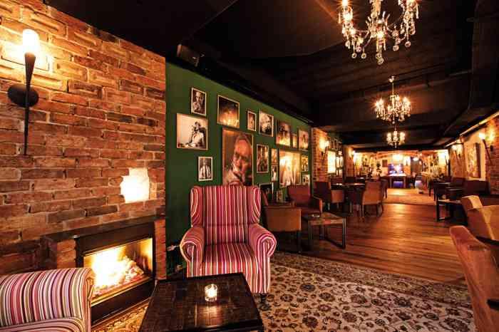 Die Waldhaus Lounge besticht durch eine im Waldhaus Reinbek einzigartige Architektur. Die Kombination von schwerem Eichenparkett, offenen Decken und eleganten Ledersesseln schafft eine moderne jedoch sehr gemütliche Atmosphäre.