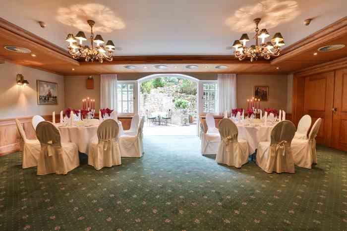Der Saal Karree liegt im Souterrain, sorgt aber durch eine große Fensterfront für eine lichtdurchflutete Hochzeitsatmosphäre. Die Terrasse zum Wald läßt sich wunderbar für die Hochzeitsfeier nutzen.