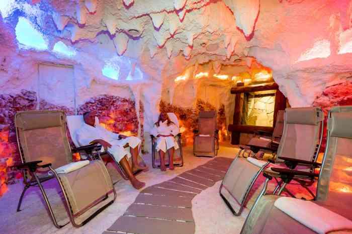 Die Salzgrotte im Waldhaus Reinbek   besticht durch Quarzit Naturstein und einzigartige Glanzeffekte an Wänden und Duschen. Im Ruheraum dieser Wellness-Oase blicken die Gäste durch ein Panoramafenster in den Krähenwald. Entspannung pur.