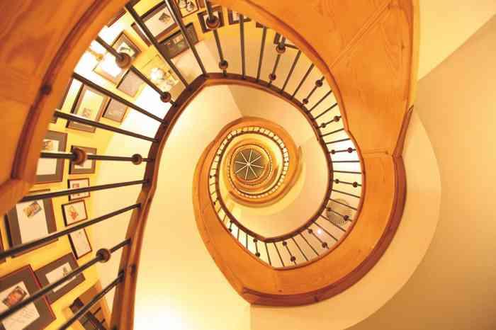 Ein beliebtes Fotomotiv, besonders für Brautpaare, ist das schneckenförmige Treppenhaus im Waldhaus Reinbek.
