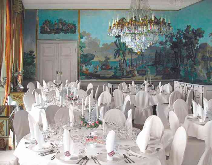 Gartensaal mit eingedeckten Tischen der Hochzeitslocation Herrenhaus Borghorst.