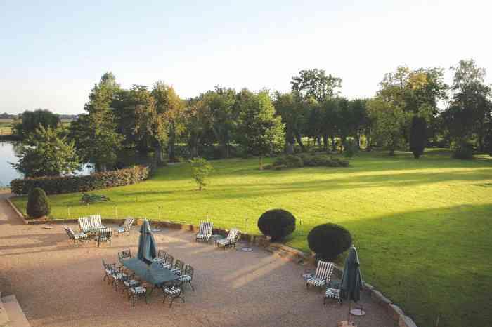 Wunderschöner großer Park dieser historischen Hochzeitslocation.