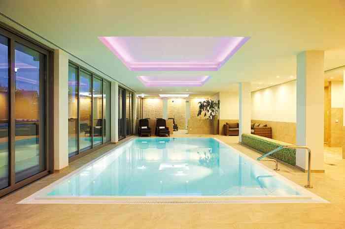 Fuchsbau Romantik Hotel Restaurant Spa Wellnessbereich mit Pool