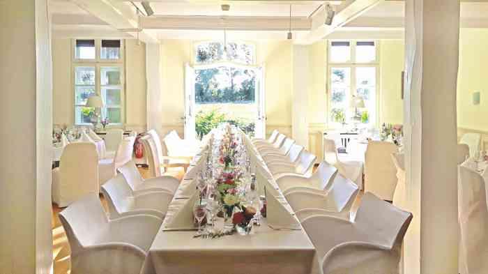 Hochzeitslocation Landsitz Hotel Peterhof Saal mit Blick auf die Weide