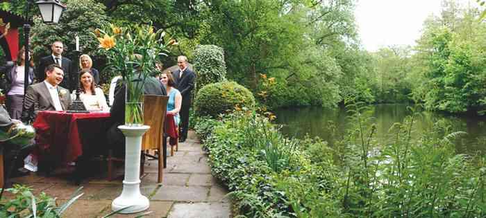 Die romantische Terrasse des Restaurants Alsterpark liegt direkt am Wasser.