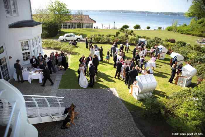 Strandhotel Glücksburg Hochzeitsgesellschaft im Garten