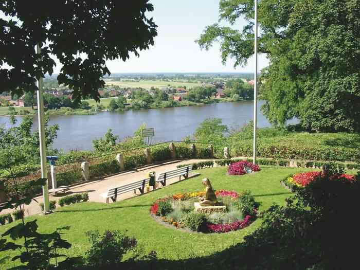 Park am Standesamt mit Blick auf die Elbe bei Lauenburg