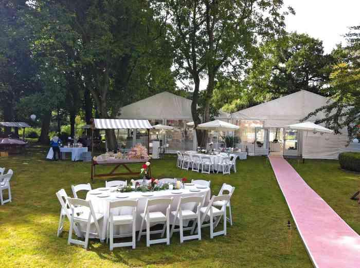 Hochzeitstische im Garten von Eventmanagement Gabi Loewel