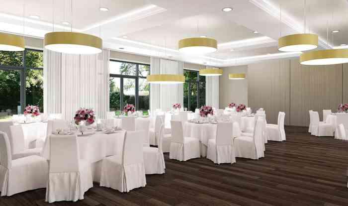 Festsaal mit runden Tischen im Hotel Kieler Kaufmann