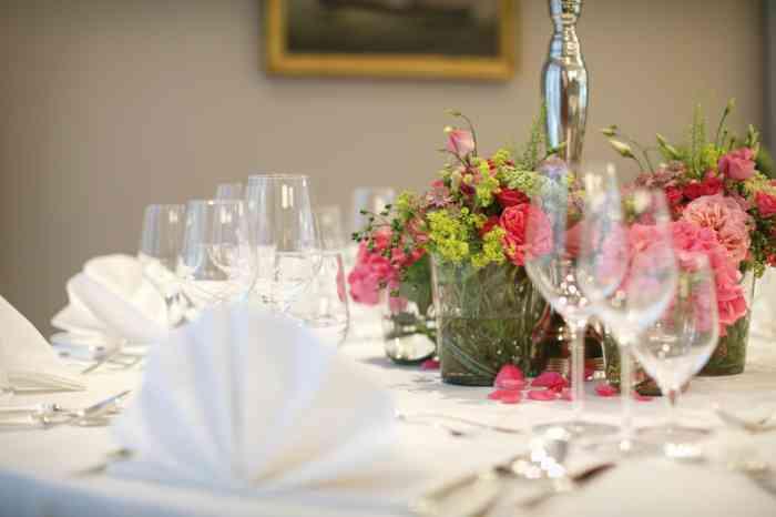 Mit Blumen dekorierter Tisch im Hotel Kieler Kaufmann.