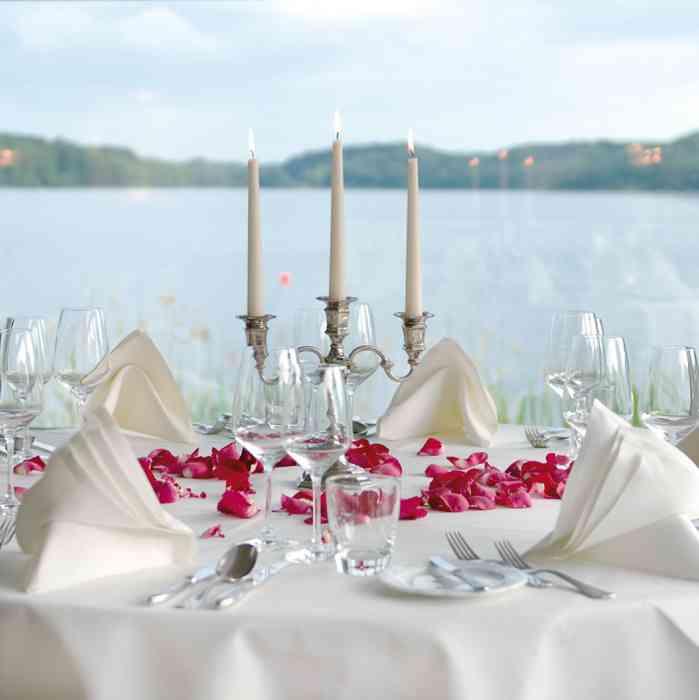 Gedeckter Tisch auf dem Steg der Hochzeoitslocation Der Seehof am Ratzeburger See.