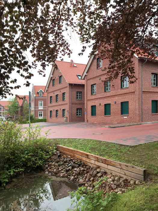 Rückansicht des Standesamtes in Steinkirchen mit Parkplatz.
