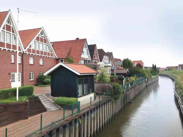 Malerische Häuser an der Lühe in Steinkirchen.