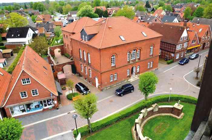 Standesamt Freiburg/Elbe Bild von gegenüberliegender Kirche