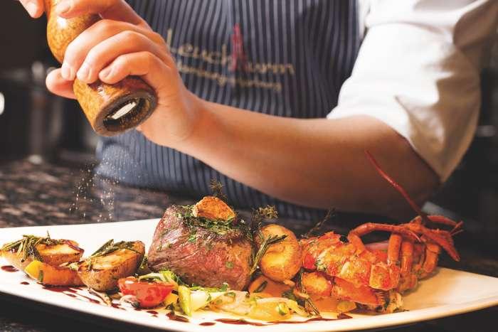 Die Speisen werden in der offenen Küche frisch und krativ angerichtet.