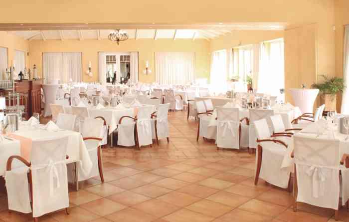 Das Restaurant Leuchtturm verfügt über zwei wunderschöne Säle mit großen Fensterfronten zum See und Zugang zur Terrasse.