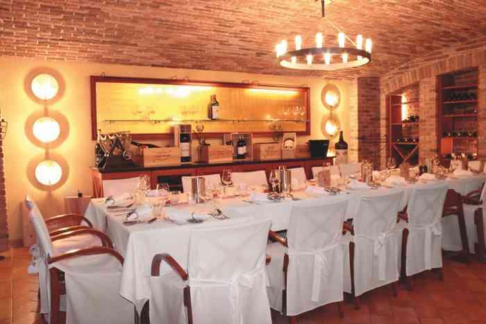 Die Weingrotte ist ein sehr festlicher Raum für kleinere Gesellschaften, die gerne in sehr privater Atmosphäre zusammen feiern.