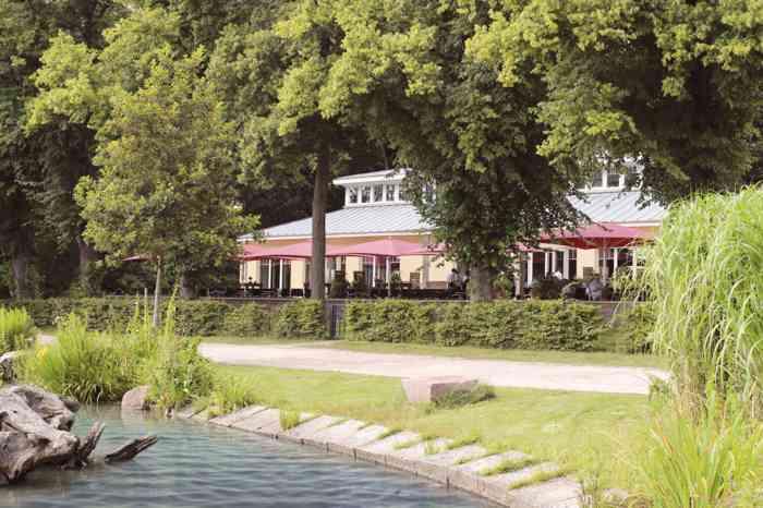 Das Restaurant Leuchtturm an der Außenmühle liegt direkt am Wasser.