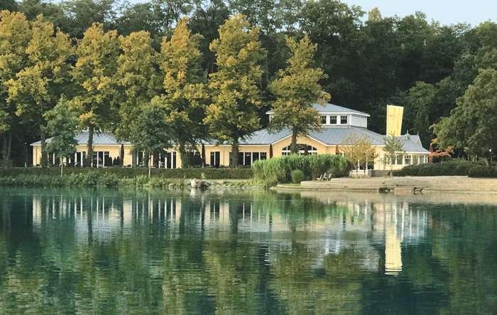 Das Restaurant Leuchtturm liegt direkt am Außenmühlenteich in Harburg
