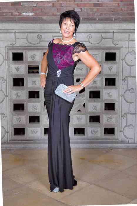 75608ef11aef07 Violettes Abendkleid mit einem raffinierten Oberteil - passend auch für die  Hochzeitsparty.