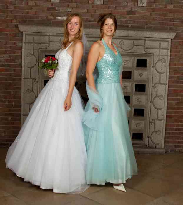 b1137608506376 Die Braut trägt eine zarte A-Linie mit einem Trägeroberteil. Die Trauzeugin  hat sich für ein langes Kleid mit einem Tüllrock in Türkis entschieden.