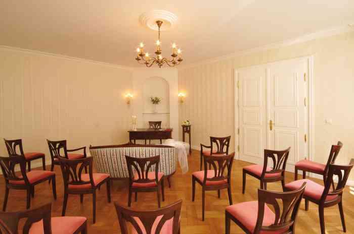Trauzimmer des Standesamtes Laatzen in der Region Hannover. Hochzeitspaaren ein sehr stilvoll eingerichteteTrauzimmer. Hier die Ansicht aus dem Zuschauerbereich.