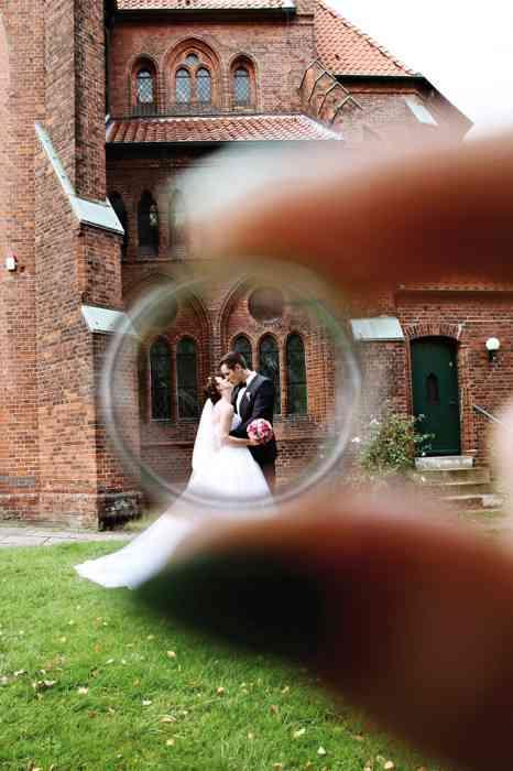 Hamburg Weddings Yasemin Stahl Brautpaar küssend vor Kirche